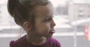 Lite matas flickan från en sked med glass stock video