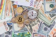 Lite mynt och bitcoin ovanför euro och dollar Arkivbilder