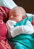 Nyfött behandla som ett barn gammala få timmar för pojken endast Arkivbild