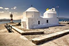 Lite ortodox kyrka i den Aegina hamnen Arkivfoto