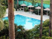 Lite paradis Bästa sikt av borggårdträdgården av semesterorthotellet med en liten pöl som omges av tropiska växter Arkivbild
