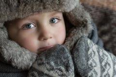Lite pojke i en vinterhatt Arkivfoto