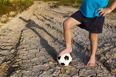Lite pojke med fotboll Låt oss spela! Fotografering för Bildbyråer