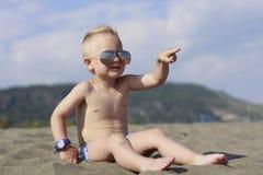 Lite pojke på stranden Royaltyfri Foto