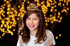 Lite prinsessa Smiles With ett fniss och en tiara Arkivbild