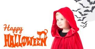 Lite röd ridninghuv Härlig liten flicka i en röd regnrock halloween Royaltyfria Foton