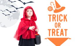 Lite röd ridninghuv Härlig liten flicka i en röd regnrock halloween Arkivfoton