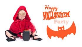 Lite röd ridninghuv Härlig liten flicka i en röd regnrock halloween Arkivfoto