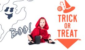 Lite röd ridninghuv Härlig liten flicka i en röd regnrock halloween Arkivbild