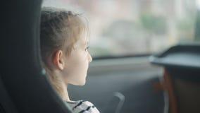 Lite reser flickan i en turist- buss lager videofilmer