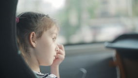 Lite reser flickan i en turist- buss stock video