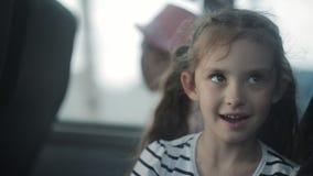 Lite rider flickan i busssammanträdet vid fönstret arkivfilmer