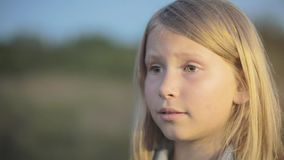 Lite ser flickan med en ledsen framsida framåtriktat arkivfilmer