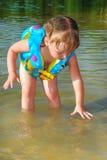 Lite simmar flickan i floden. Royaltyfri Fotografi