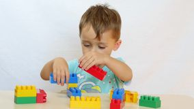 Lite spelar pojken med en formgivare arkivfilmer