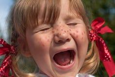 Lite stängde sig flickan som framlägger Pippi Longstocking med henne ögon, och framställning vänder mot Royaltyfria Foton