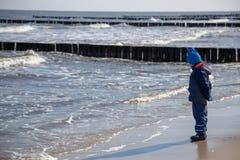 Lite står pojken bara på havet Arkivbilder