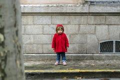 Lite täcker barnet i rött royaltyfri foto