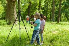 Lite tar pojken bilder en flicka Fotografering för Bildbyråer