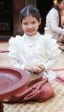 Lite thai flicka i en traditionell dräkt Royaltyfria Bilder