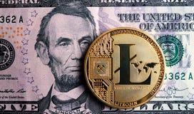 Litecoin στο τραπεζογραμμάτιο πέντε δολαρίων Στοκ Εικόνα