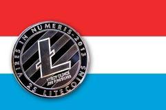 litecoin da moeda da ilustração 3D na bandeira de Luxemburgo Foto de Stock