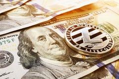 Litecoin en dollarbankbiljetten Cryptocurrencyuitwisseling Stock Foto's