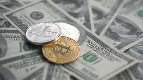 Litecoin en un top de oro y de plata Bitcoin BTC acuña la rotación en las cuentas de 100 dólares Internet virtual mundial almacen de metraje de vídeo