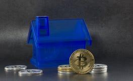 Litecoin i bitcoin z domami na czarnym tle Obrazy Royalty Free