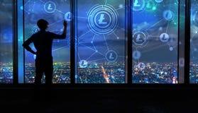 Litecoin met de mens door grote vensters bij nacht Royalty-vrije Stock Fotografie
