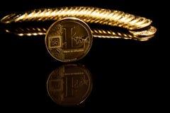 Litecoin mynt på svart spegelyttersida bredvid guld- mynt Arkivfoton