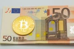 Litecoin och bitcoin på pengar bakgrund för 50 euroräkningar Affär Arkivfoto
