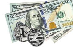 Litecoin su cento banconote in dollari Cryptocurrency fotografia stock libera da diritti