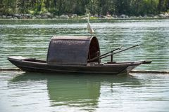 Liten ägretthäger på en kinesisk traditionell fiskebåt på en sjö arkivfoton