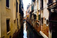 Liten åtsittande kanal på den romantiska staden av Venedig arkivfoto