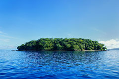 Liten ö av kusten av Taveuni, Fiji arkivfoto