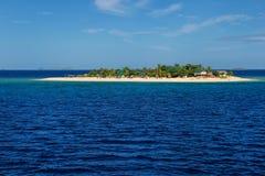 Liten ö för södra hav i den Mamanuca ögruppen, Fiji royaltyfri bild