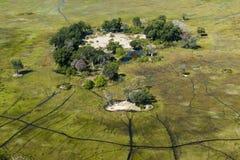 Liten ö i den Okavango deltan som ses från heli Arkivbilder