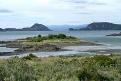 Liten ö i en inlands- fjärd i Tierra del Fuego National Park Royaltyfri Fotografi