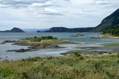 Liten ö i en inlands- fjärd i Tierra del Fuego National Park Arkivbild