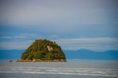 Liten ö i Nya Zeeland Abel Tasman nationalpark som lokaliseras i den södra ön i Nya Zeeland Royaltyfria Bilder