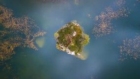 Liten ö i sjön Croda da Lago ` Ampezzo, Dolo för Cortina D Royaltyfria Bilder