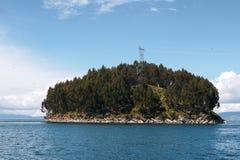 Liten ö i sjötiticaca royaltyfri bild