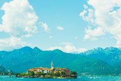 Liten ö i touristic sjögarda under feriesommardag i italiensk sjögarda Arkivbilder