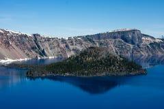 Liten ö inom krater sjönationalpark Arkivfoto