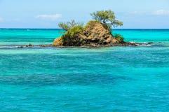 Liten ö nära den Nacula ön i Fiji arkivfoton