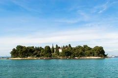 Liten ö nära staden Preko, Kroatien Royaltyfria Bilder