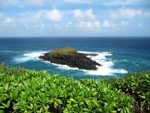 Liten ö på Kilauea punkt, Kauai, Hawaii arkivfoto