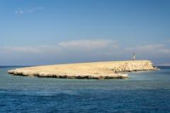 Liten ö på Röda havet Arkivfoto