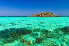 Liten ö på turkoshavet royaltyfria bilder